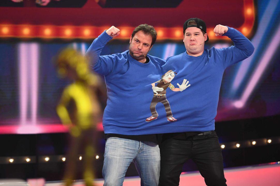 Hier ist echtes Teamwork gefragt. Wie werden sich Martin Rütter (l.) und Chris Tall (r.) dabei schlagen? - Bildquelle: Willi Weber SAT.1