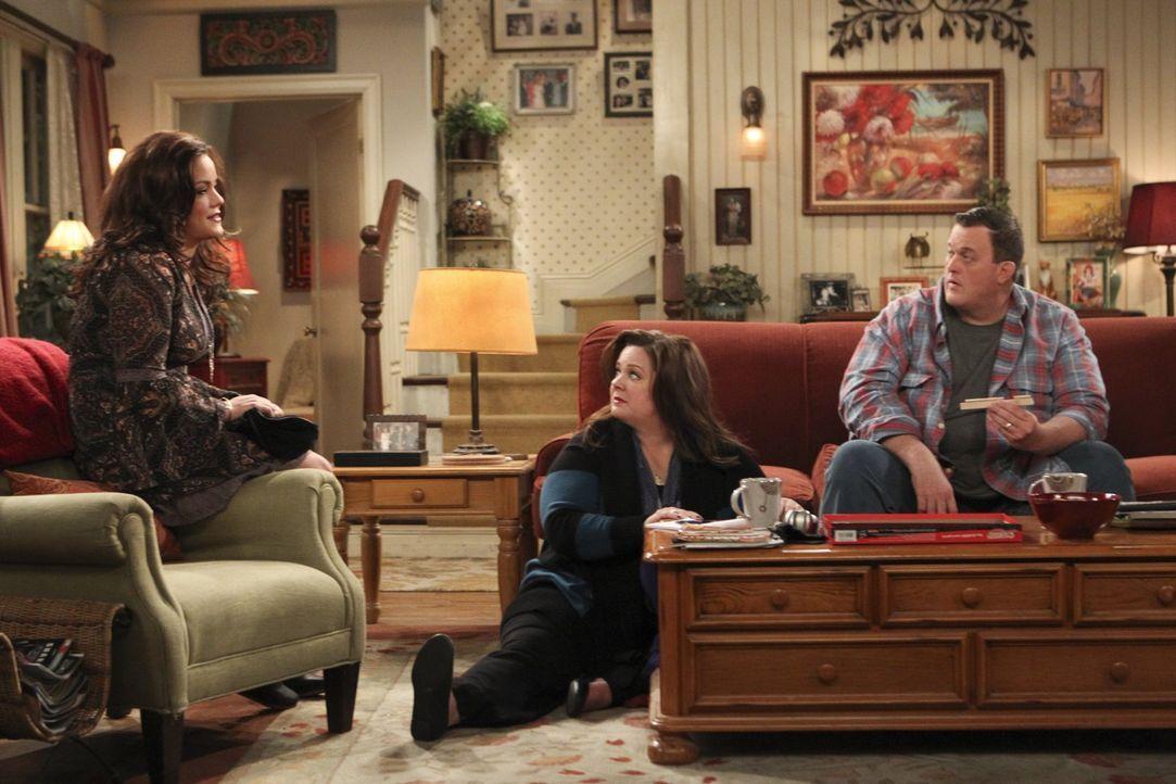 Mike (Billy Gardell, r.) und Molly (Melissa McCarthy, M.) freuen sich für Victoria (Katy Mixon, l.) und ihren neuen Freund James ... - Bildquelle: Warner Brothers