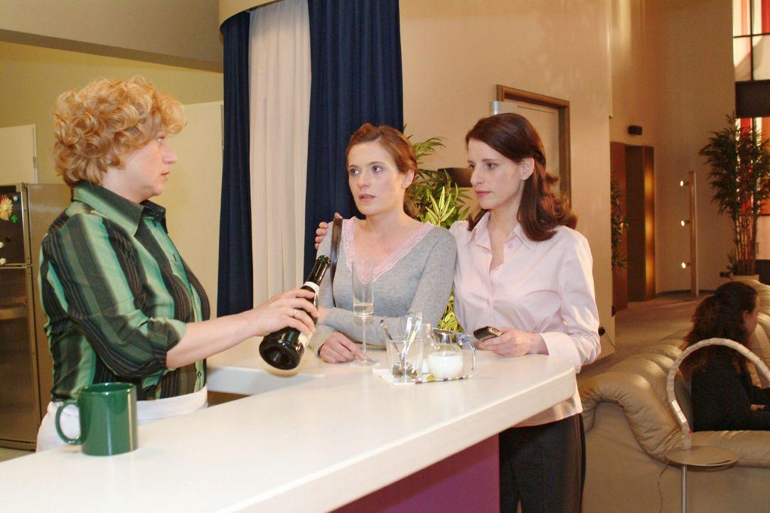 Britta (Susanne Berckhemer, M.) ist niedergeschlagen, weil Thomas eine neue Freundin hat. Inka (Stefanie Höner, r.) und Agnes (Susanne Szell, l.) s... - Bildquelle: Sat.1