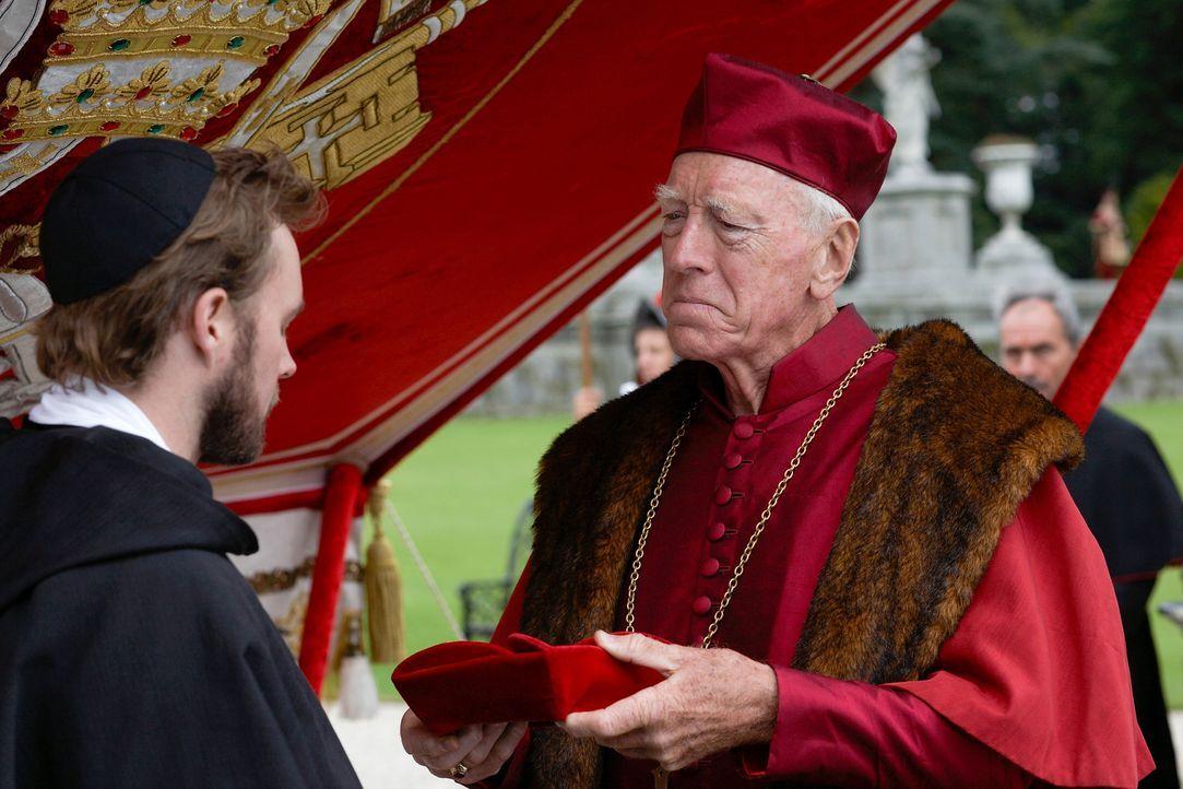 Hoffen, die Pläne von Henry VIII. stoppen zu können: Cardinal Von Walburg (Max Von Sydow, r.) und Reginald Pole (Mark Hildreth, l.) ... - Bildquelle: 2009 TM Productions Limited/PA Tudors Inc. An Ireland-Canada Co-Production. All Rights Reserved.