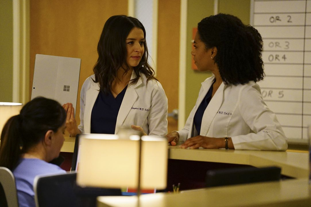 Machen sich Gedanken, wie es mit Meredith und Nathan weitergehen wird: Amelia (Caterina Scorsone, M.) und Maggie (Kelly McCreary, r.) ... - Bildquelle: Richard Cartwright 2017 American Broadcasting Companies, Inc. All rights reserved.