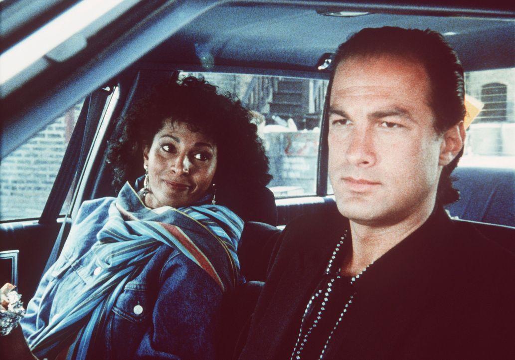 Der eigensinnige Einzelkämpfer der Drogenfahndung Nico Toscani (Steven Seagal, r.) kommt mit Komplizin Delores Jackson (Pam Grier, l.) einem fulmina... - Bildquelle: Warner Bros.