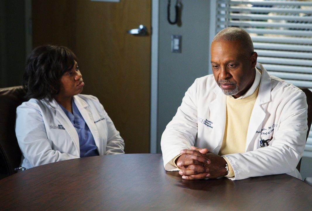Zwischen Bailey (Chandra Wilson, l.) und Webber (James Pickens, Jr., r.) herrscht weiter dicke Luft, da Bailey in die Kinderchirurgie wechseln möch... - Bildquelle: Touchstone Television