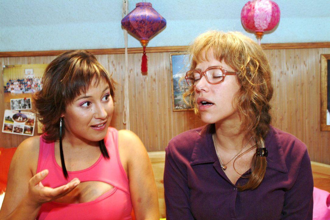 Lisa (Alexandra Neldel, r.) nimmt pikante Nachhilfestunden bei Yvonne (Bärbel Schleker, l.) ... (Dieses Foto von Alexandra Neldel darf nur in Zusamm... - Bildquelle: Monika Schürle Sat.1