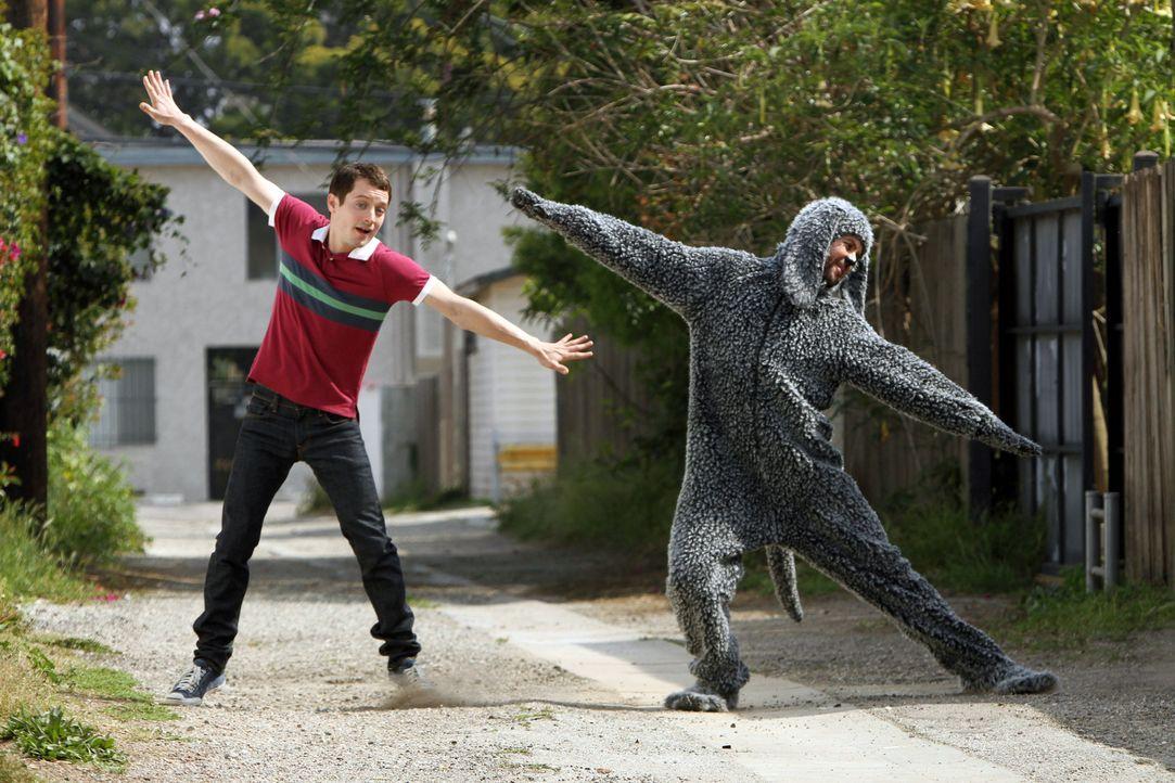 Wilfred (Jason Gann, r.) und Ryan (Elijah Wood, l.) nutzen jede freie Minute und schwingen ihr Tanzbein. Ob sie damit am Wochenende, bei einem Wettb... - Bildquelle: 2011 FX Networks, LLC. All rights reserved.