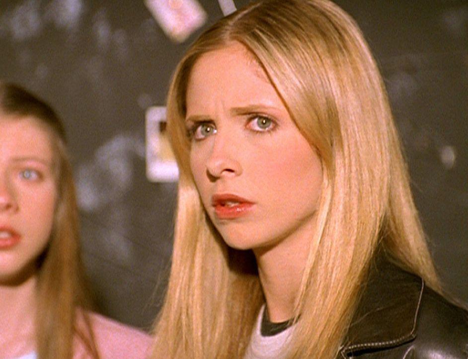 Buffy (Sarah Michele Gellar, r.) und Dawn (Michelle Trachtenberg, l.) werden nach wie vor von Glorys Lakaien beobachtet. - Bildquelle: TM +   2000 Twentieth Century Fox Film Corporation. All Rights Reserved.