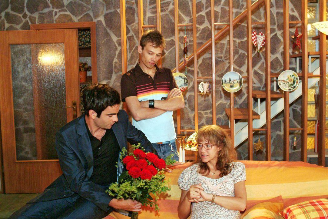 Lisa (Alexandra Neldel, r.) ist über Davids (Mathis Künzler, l.) unerwarteten Krankenbesuch überrascht. Jürgen (Oliver Bokern, M.) ist der Besuc... - Bildquelle: Monika Schürle Sat.1