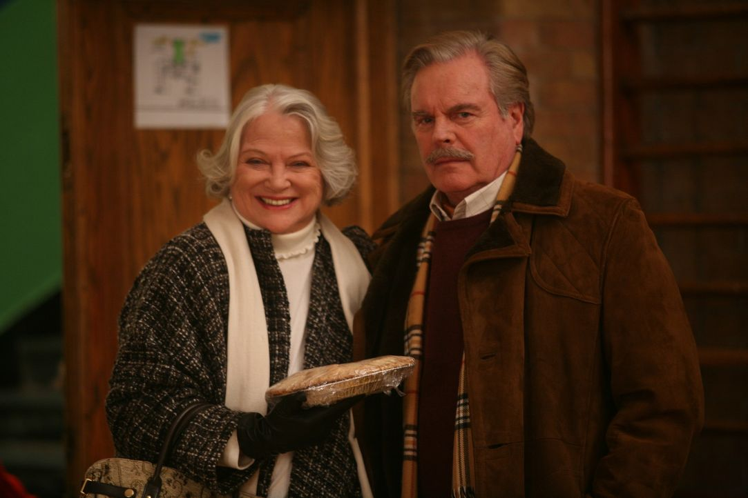 Mr. Wilson (Robert Wagner, r.) und seine Frau (Louise Fletcher, l.) geraten immer wieder mitten in den Brennpunkt von Dennis' chaotischen Aktivität... - Bildquelle: Warner Bros.