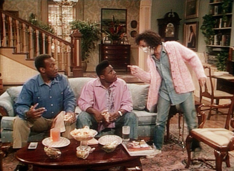 """Mit Sondra (Sabrina LeBeauf, r.) ist heute nicht zu spaßen, nachdem ihre kleinen Zwillinge """"entführt"""" wurden. Cliff (Bill Cosby, l.) und Theo (Mal... - Bildquelle: Viacom"""