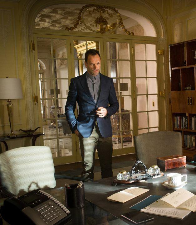 Die zögerliche Versöhnung zwischen Sherlock (Jonny Lee Miller) und seinem Vater bekommt einen gehörigen Dämpfer, als Sherlock herausfindet, dass sei... - Bildquelle: Jeff Neira 2015 CBS Broadcasting Inc. All Rights Reserved.