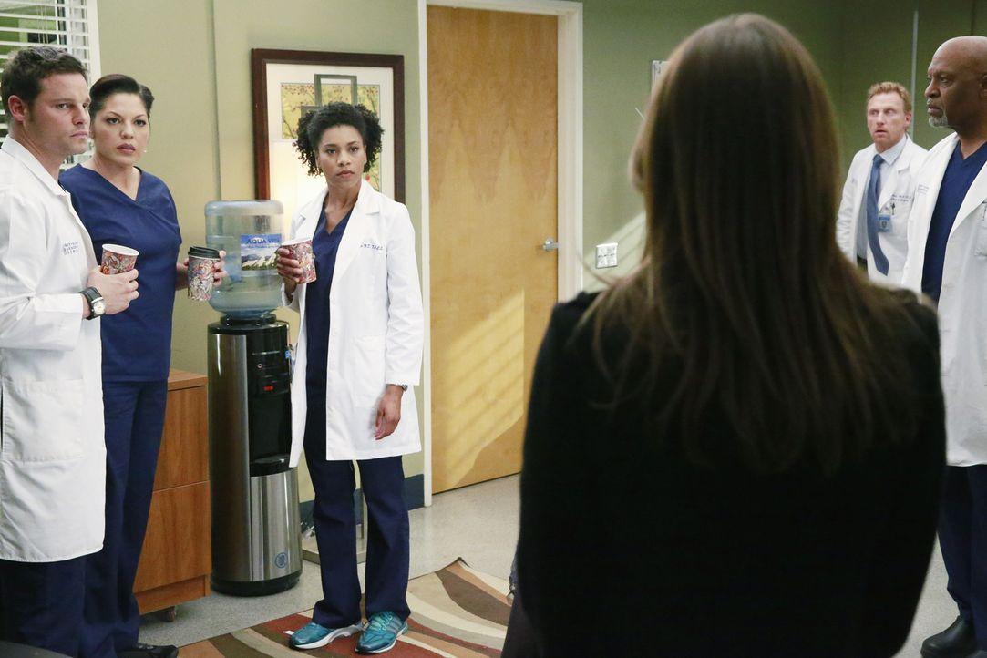 Ein schwerer Schritt: Meredith (Ellen Pompeo, 3.v.r.), die noch immer unter Schock steht, kehrt ins Grey Sloan Memorial zurück, um Alex (Justin Cham... - Bildquelle: ABC Studios