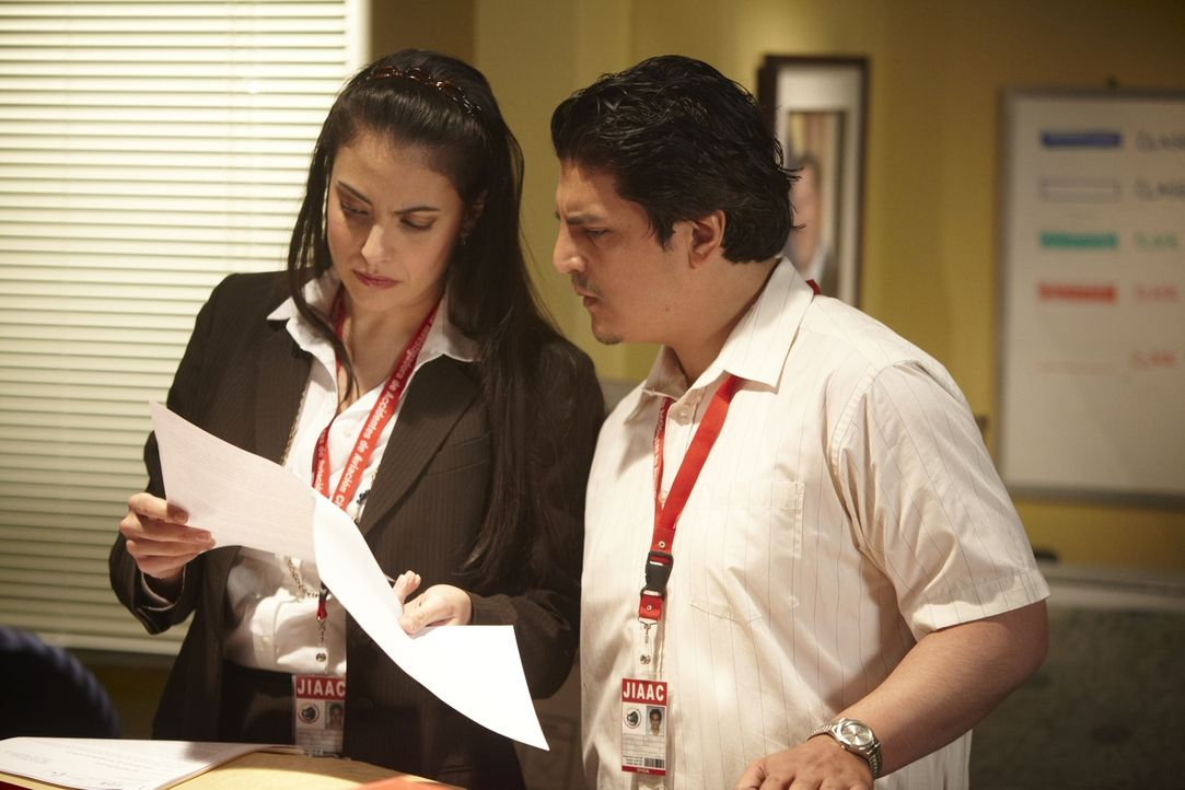 Lorllys Ramos (Nicola Corriea-Damude, l.) und ihre Kollegen untersuchen den Absturz des West Caribbean Airways Flugs 708. Der sich zwar durch schlec... - Bildquelle: Ian Watson Cineflix 2011