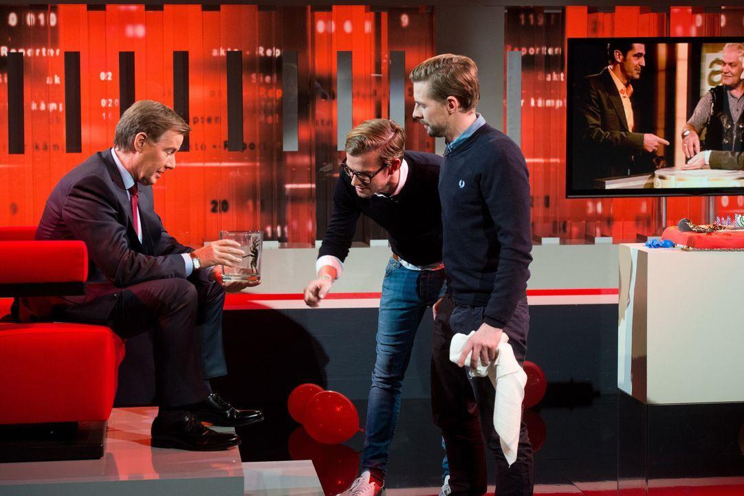 """Zusammen mit seinen ungewöhnlichen Besuchern, Joko Winterscheidt (M.) und Klaas Heufer-Umlauf (r.), blickt Ulrich Meyer auf 20 Jahre """"Akte"""" zurück .... - Bildquelle: Oliver Ziebe SAT.1"""