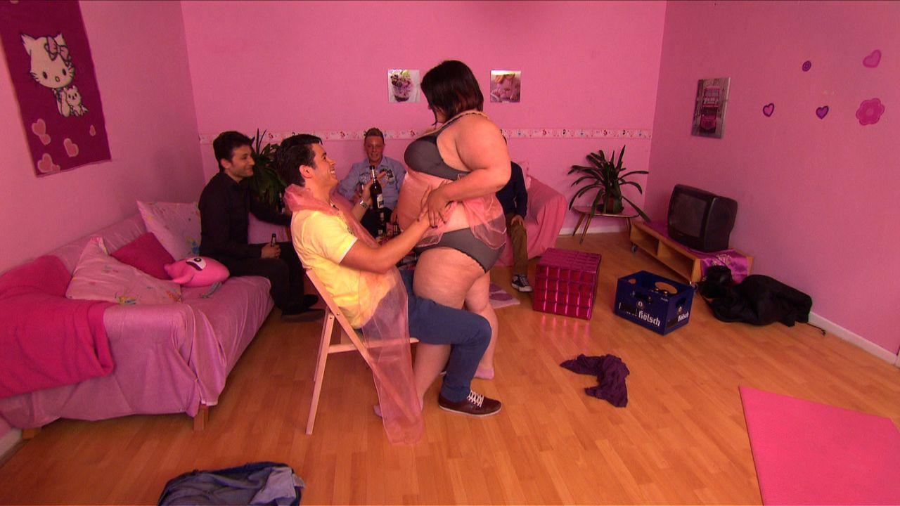 Beim Junggesellenabschied wird Marco (2.v.l.) von einer übergewichtigen Stripperin namens Cindy (r.) überrascht ... - Bildquelle: SAT.1