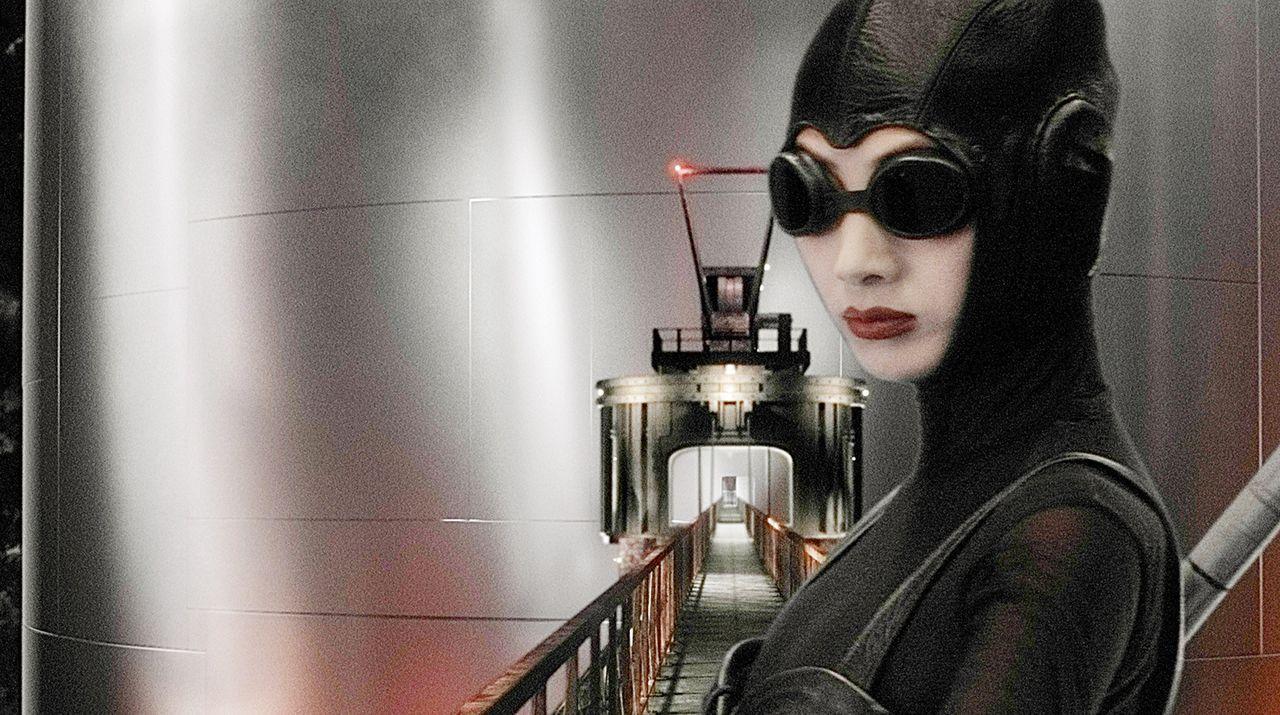 Hat Mysterious Woman (Ling Bai) etwas mit dem Verschwinden der Wissenschaftler zu tun? - Bildquelle: TM & Copyright   Brooklyn Films II And Filmauro S.R.L.