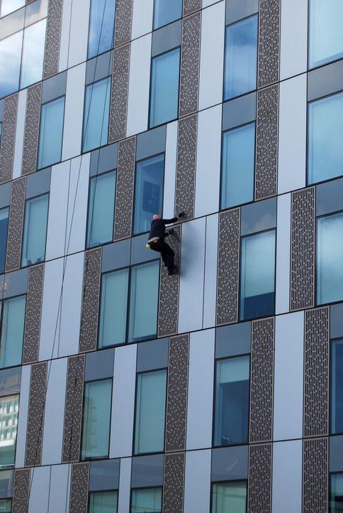 Der Unterhaltungskünstler Jonathan Goodwin trotzt der Höhe eines Londoner Wolkenkratzers und klettert - ungesichert - die Fassade hoch ... - Bildquelle: Objective Productions/UKTV