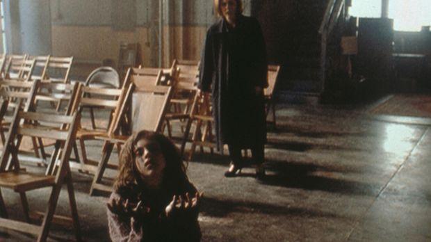 Scully (Gillian Anderson, hinten) muss entsetzt erkennen, dass sie den Tod de...