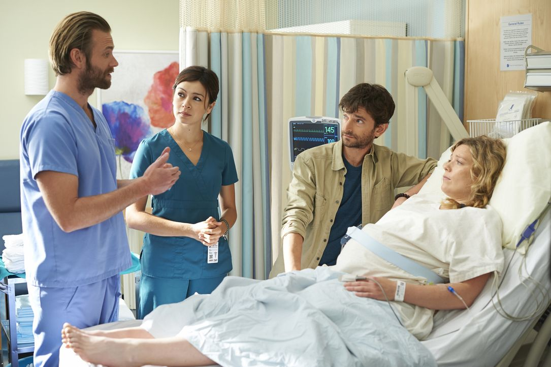 Maggie (Julia Taylor Ross, 2.v.l.) weicht Dr. Jason Kalfis (Eric Johnson, l.) nicht von der Seite, auch bei seinen Erzählungen hängt sie genau, wie... - Bildquelle: 2013  Hope Zee Two Inc.