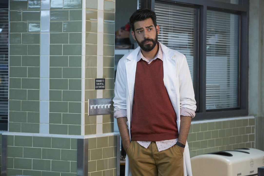 Um endlich Fortschritte bei der Herstellung des Zombie-Gegenmittels zu machen, stellt Ravi (Rahul Kohli) Nachforschungen an - in der Drogenszene und... - Bildquelle: 2014 Warner Brothers
