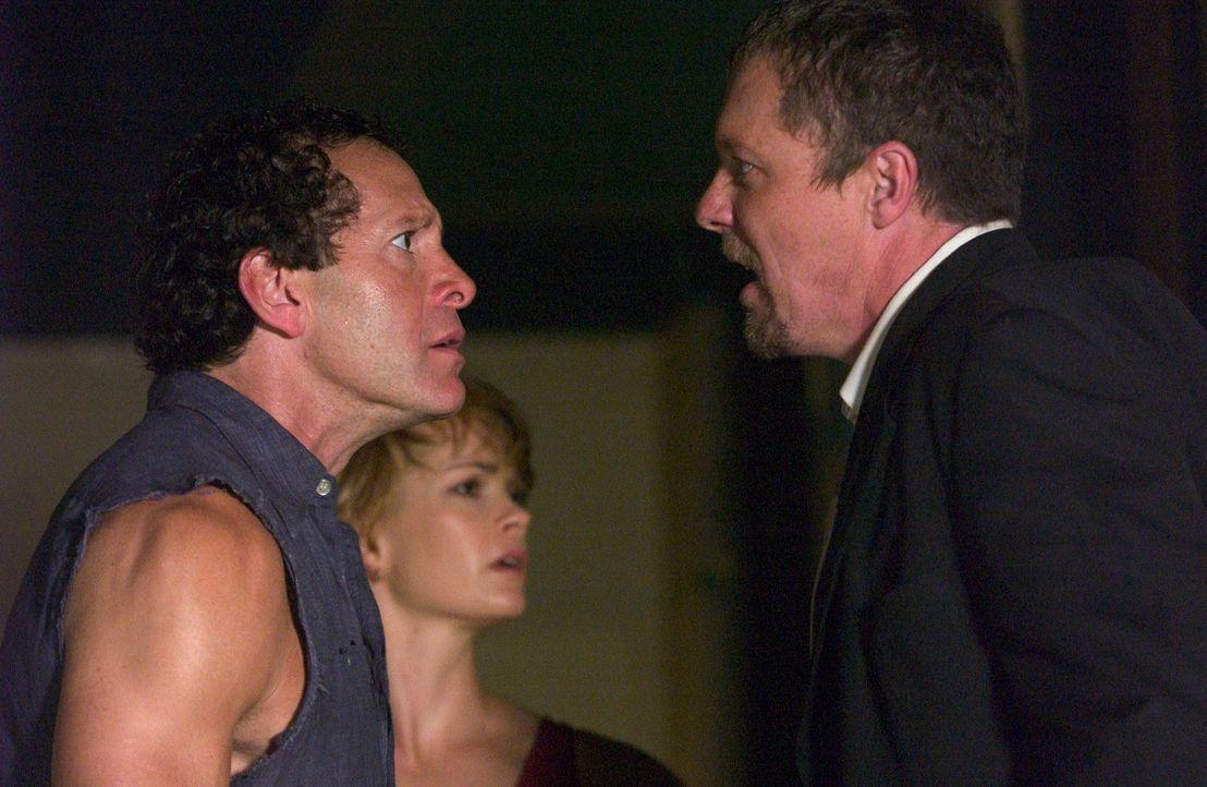 Kaum löst Mike Rogo (Adam Baldwin, r.), ein Undercover-Agent der Homeland-Security, Alarm aus, da erschüttert eine gewaltige Detonation das Schiff... - Bildquelle: Hallmark Entertainment