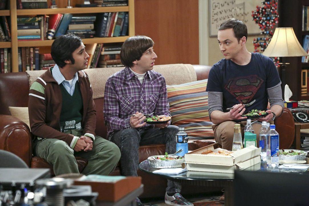 Howard (Simon Helberg, l.) und Raj (Kunal Nayyar, M.) sind gehörig genervt von Sheldon (Jim Parsons, r.), der sie, als er erkältet war, sehr schlech... - Bildquelle: 2015 Warner Brothers