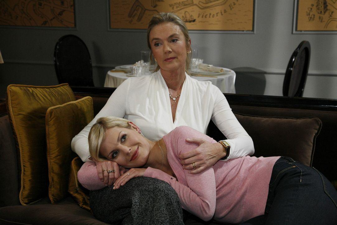 Alexandra (Ivonne Schönherr, unten) ist so enttäuscht von Mark, dass sie in Erwägung zieht, sich von ihm zu trennen. Ihre Mutter Elisabeth (Birte... - Bildquelle: SAT.1