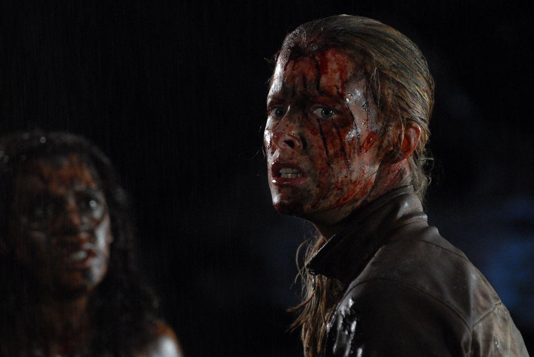 Treffen in der dunklen Tiefe der Höhle wieder aufeinander: Sarah (Shauna MacDonald, r.) und Juno (Natalie Jackson Mendoza, l.) ...
