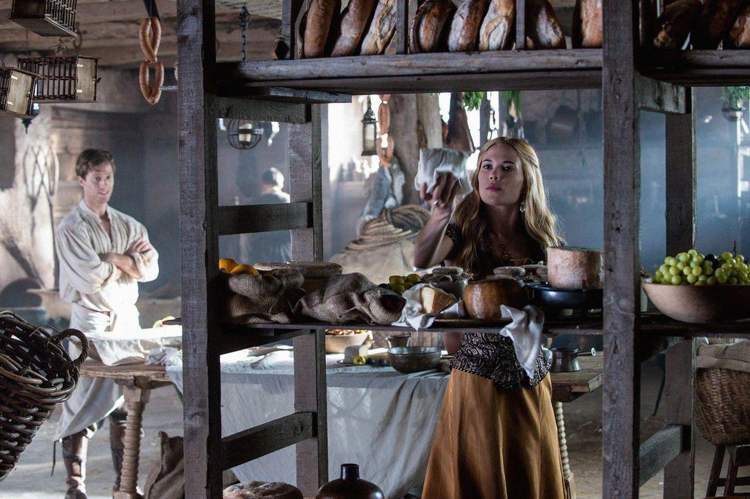 Greer (Celina Sinden, r.) gibt sich anspruchsvoll bei der Auswahl der Speisen für ein bevorstehendes Fest, doch in Wahrheit hat sie längst ein Auge... - Bildquelle: Christos Kalohoridis 2013 The CW Network, LLC. All rights reserved.