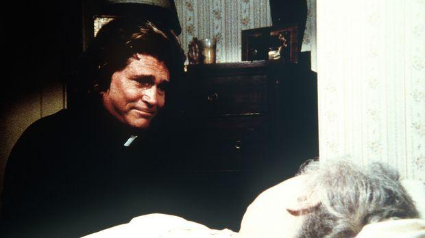 Jonathan (Michael Landon, l.) wird an das Krankenlager von Mrs. Molonov (Eda...