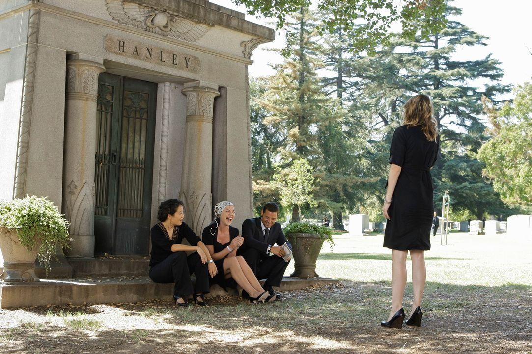 Die Beerdigung von George endet für Christina (Sandra Oh, l.), Izzie (Katherine Heigl, 2.v.l.), Alex (Justin Chambers, 2.v.r.) und Meredith (Ellen P... - Bildquelle: Touchstone Television