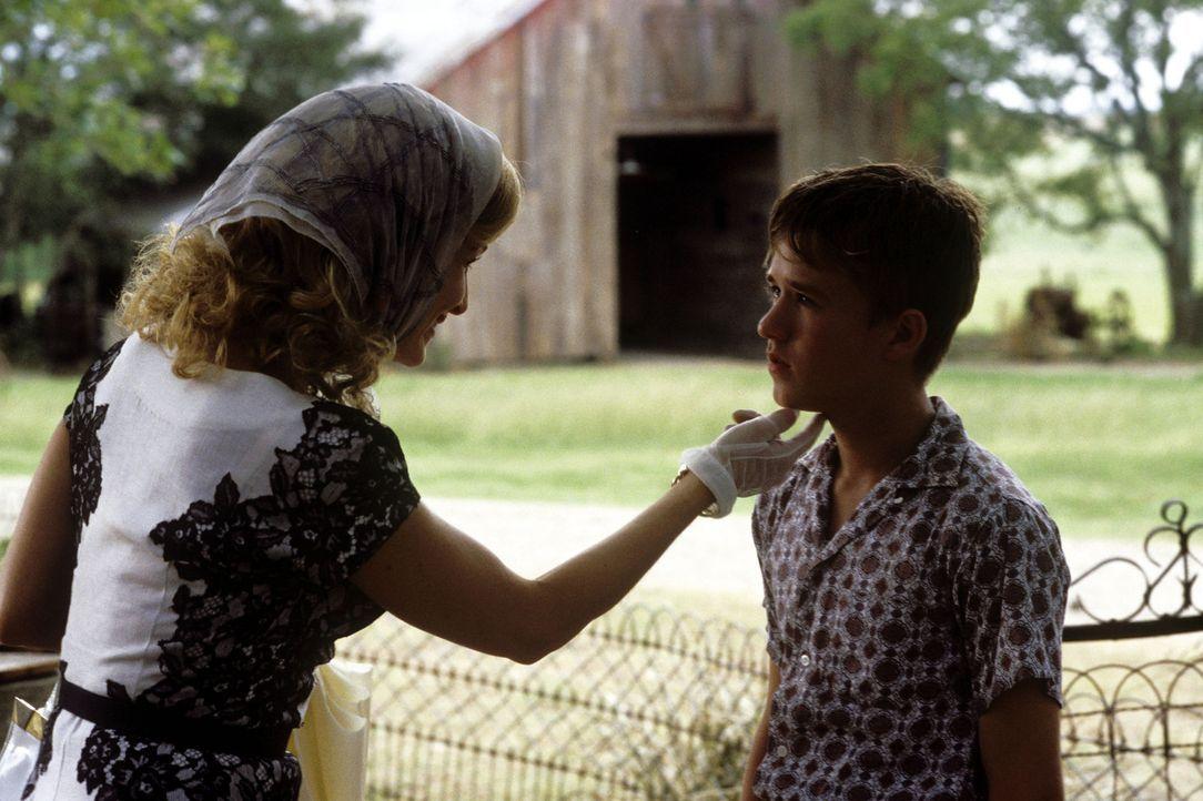 Mae (Kyra Sedgwick, l.) schickt ihren Sohn Walter (Haley Joel Osment, r.) in den Sommerferien zu seinen zwei kauzigen Onkels Hub und Garth. Anfangs... - Bildquelle: New Line Cinema