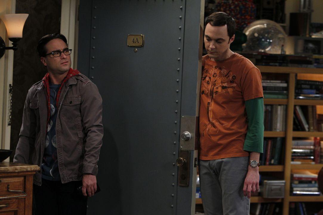 Sheldon (Jim Parsons, r.) stellt fest, dass nicht er der Mittelpunkt seiner Freunde ist, sondern Leonard (Johnny Galecki, l.), und sucht sich deshal... - Bildquelle: Warner Bros. Television