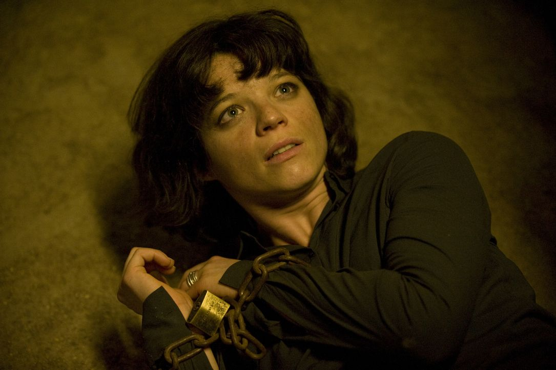 Adèle (Juliette Roudet) ermittelt auf eine Faust in einem gefährlichen Fall und gerät auch prompt in eine brenzlige Situation ... - Bildquelle: 2015 BEAUBOURG AUDIOVISUEL
