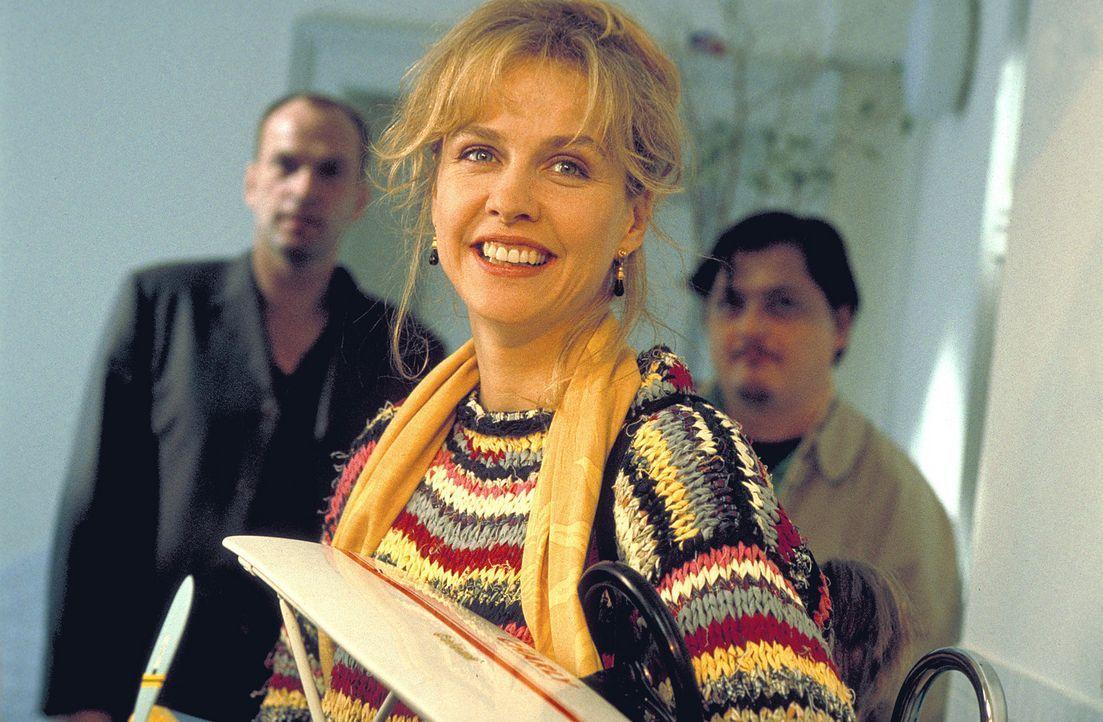 Großzügig bietet Markus (Herbert Knaup, l.) der wohnungslosen Louisa (Claudia Messner, M.) seine Wohnung als vorübergehende Bleibe an. Freund Paul (... - Bildquelle: Rolf von der Heydt ProSieben