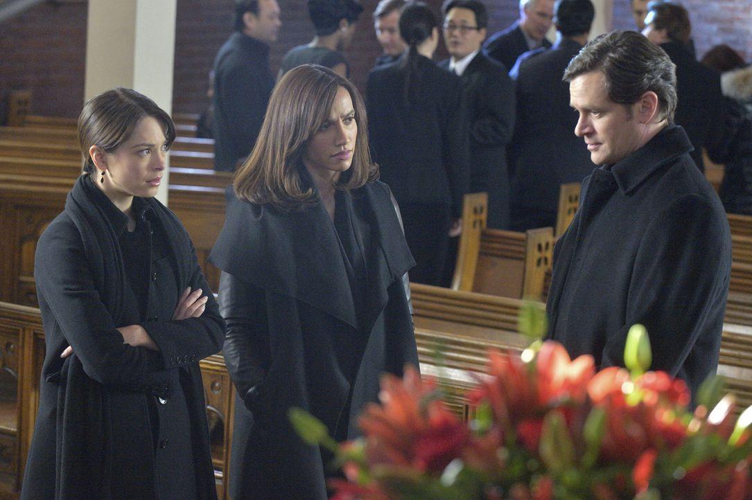 Um herauszufinden, was Sam (Tom Everett Scott, r.) mit dem Serum von Muirfiled vorhat, müssen Cat (Kristin Kreuk, l.) und Tess (Nina Lisandrello, M.... - Bildquelle: 2013 The CW Network, LLC. All rights reserved.
