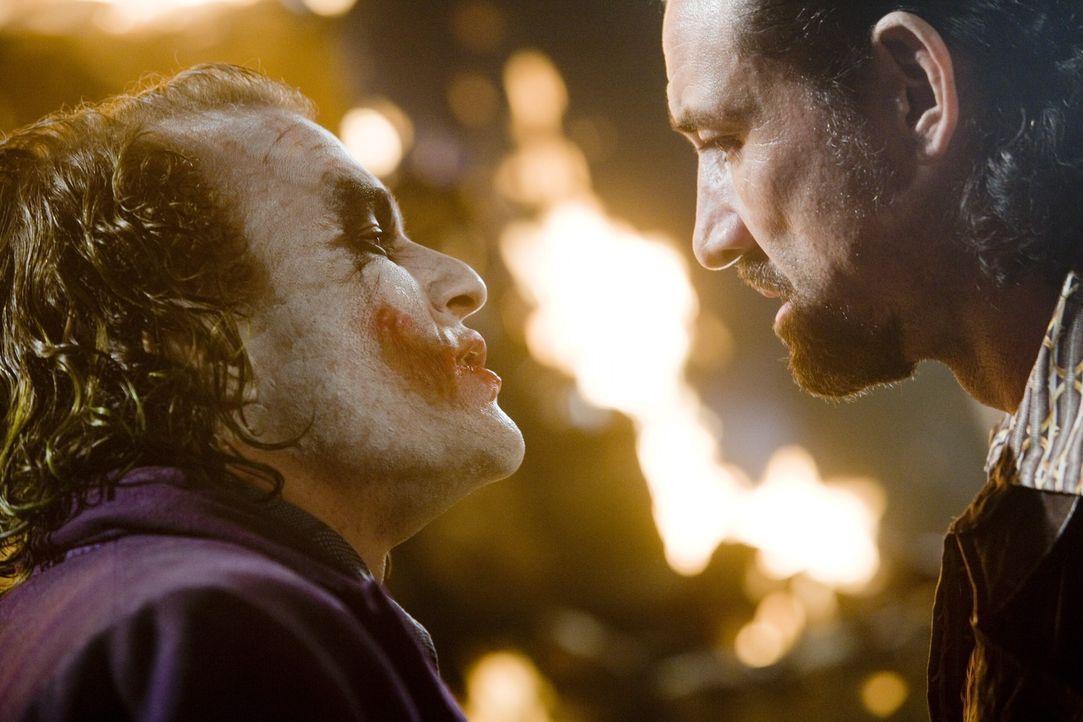 Als der Joker (Heath Ledger, l.) den Mafiabossen (Ritchie Coster, r.) anbietet, Batman gegen 50% ihres gesamten Vermögens zu töten, nehmen diese n... - Bildquelle: Warner Bros.
