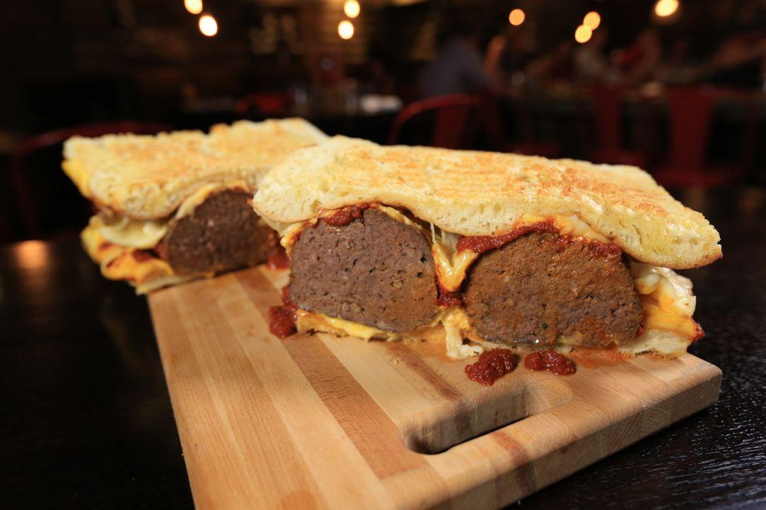 """Das Highlight im """"Emporio"""" in Pittsburgh: Das Sixpack, ein riesiges Sandwich mit viel Ciabatta und sechs großen Fleischbällchen ... - Bildquelle: 2017,Television Food Network, G.P. All Rights Reserved"""