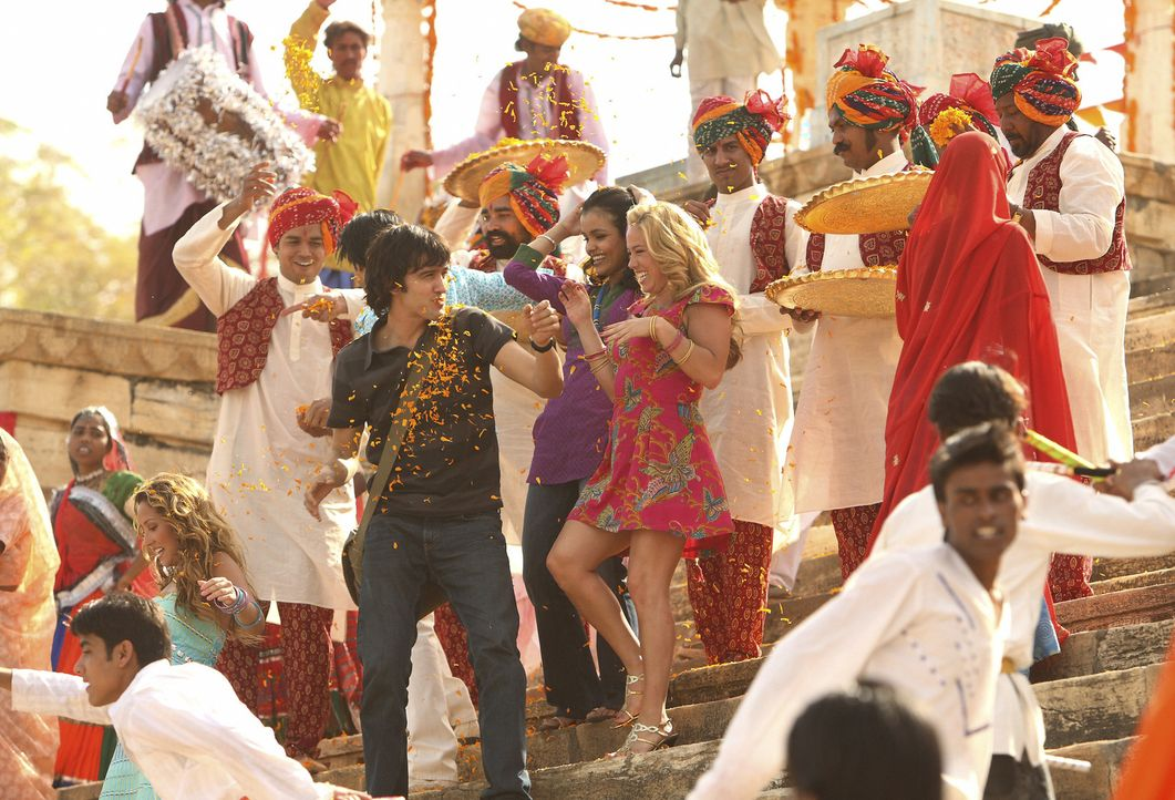 Vik (Michael Steger, l.) führt Dorinda (Sabrina Bryan, r.) und Gita (Deepti Daryanani, M.) durch die indische Hafenstadt. - Bildquelle: Disney - ABC - ESPN Television