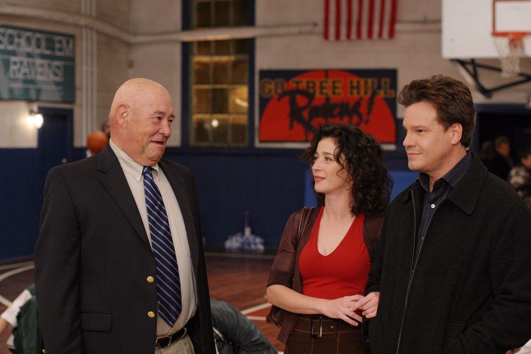 Während Coach Whitey (Barry Corbin, l.) Probleme mit seinem Team hat, schweben Karen (Moira Kelly, M.) und Keith (Craig Sheffer, r.) im siebten Him... - Bildquelle: Warner Bros. Pictures