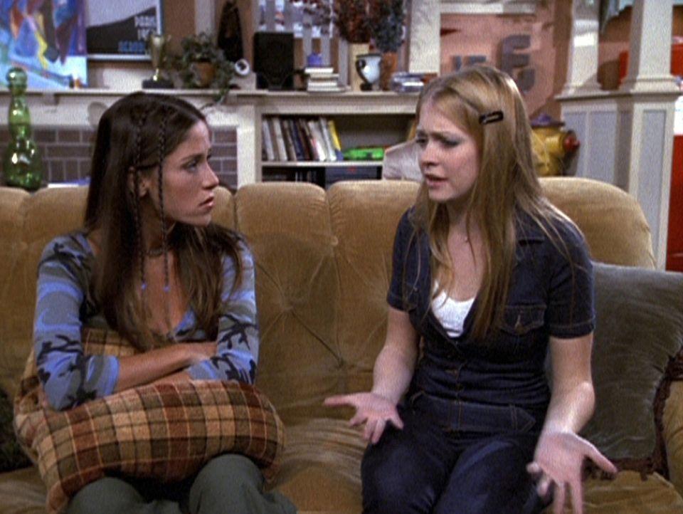 Sabrina (Melissa Joan Hart, r.) und Roxie (Soleil Moon Frye, l.) müssen ihre Vorurteile gegenüber Studentenverbindungen an ihrem College begraben. - Bildquelle: Paramount Pictures