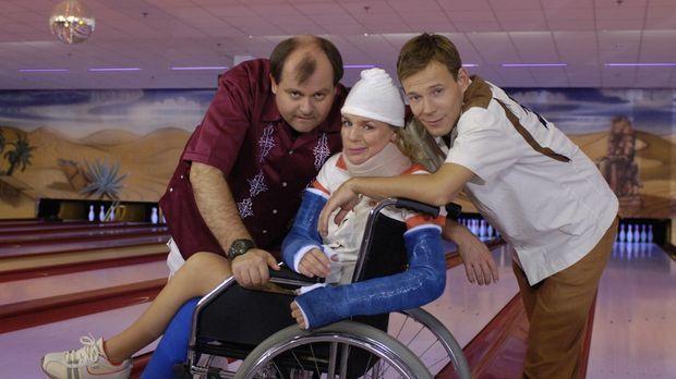 Markus Majowski (l.), Mirja Boes (M.) und Mathias Schlung (r.) beim Bowlen un...