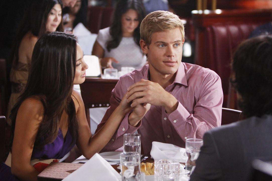 Benützt Teddy (Trevor Donovan, r.) Jasmine (Melissa Paulo, l.) nur, um Adrianna eifersüchtig zu machen? - Bildquelle: TM &   CBS Studios Inc. All Rights Reserved