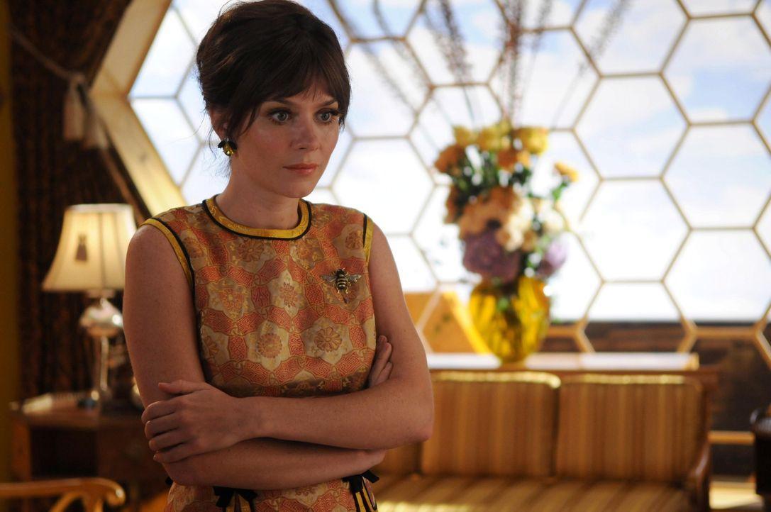 Chuck (Anna Friel) schleicht sich als Bienenmädchen bei Betty's Bienen ein, um herauszufinden, warum Kentucky Fitz sterben musste ... - Bildquelle: Warner Brothers