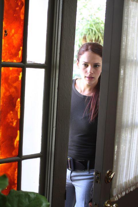 Will den merkwürdigen Todesfall um die wohlhabende Witwe Rosemary Tennant aufklären: Grace (Amanda Righetti) ... - Bildquelle: Warner Bros. Television