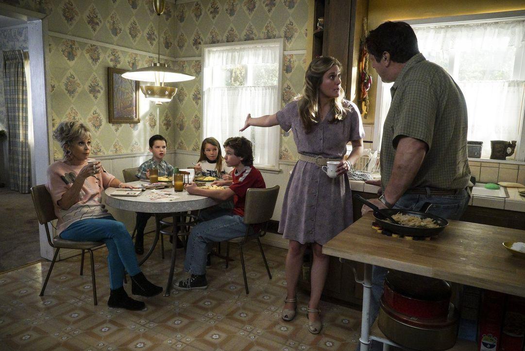Als Meemaw (Annie Potts, l.) sich weigert, George (Lance Barber, r.) ein Rezept zu geben und dadurch ein Familienstreit entbrennt, versuchen Sheldon... - Bildquelle: Warner Bros.