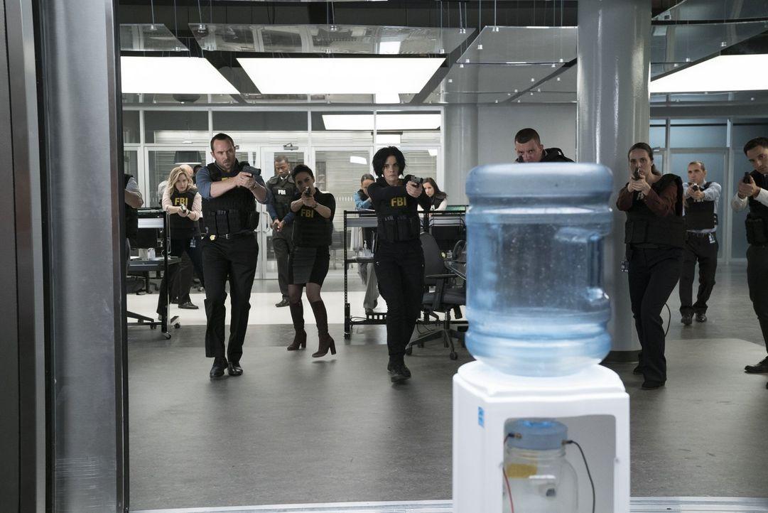 Hält der Wasserspender eine bombige Überraschung für (v.l.n.r.) Patterson (Ashley Johnson), Weller (Sullivan Stapleton), Nas (Archie Panjabi), und J... - Bildquelle: Warner Brothers