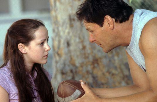 American Girl - Während des Besuchs im Knast muss Rena (Jena Malone, l.) sich...