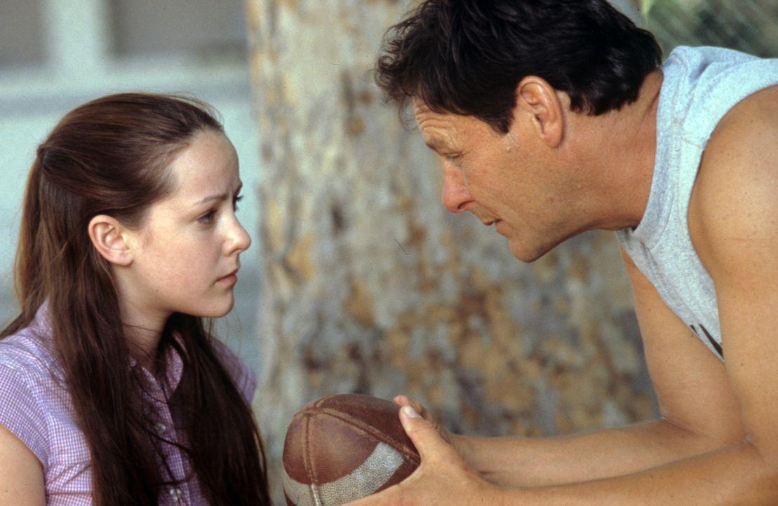 Während des Besuchs im Knast muss Rena (Jena Malone, l.) sich endlich eingestehen, dass ihr Vater John Grubb (Chris Mulkey, r.) ihre Liebe und Zune... - Bildquelle: Tomorrow Film
