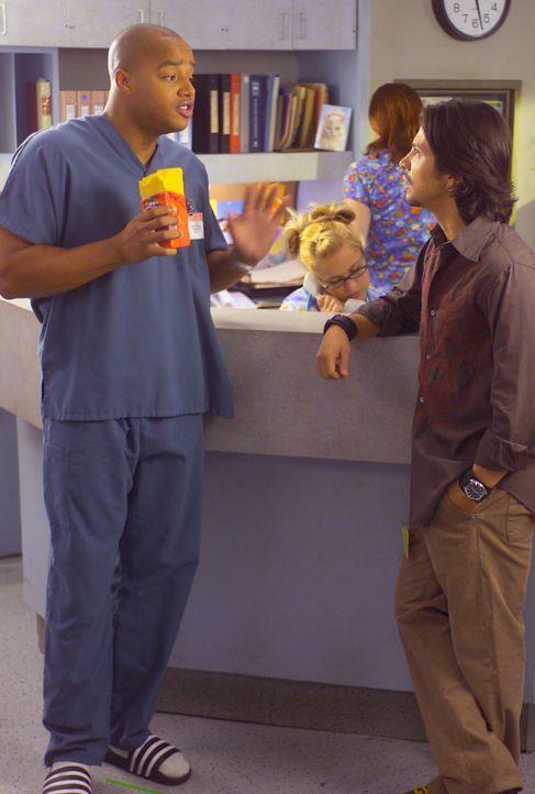 Turk (Donald Faison, l.) trifft auf seinen zukünftigen Schwager Mark (Freddy Rodríguez, r.) ... - Bildquelle: Touchstone Television