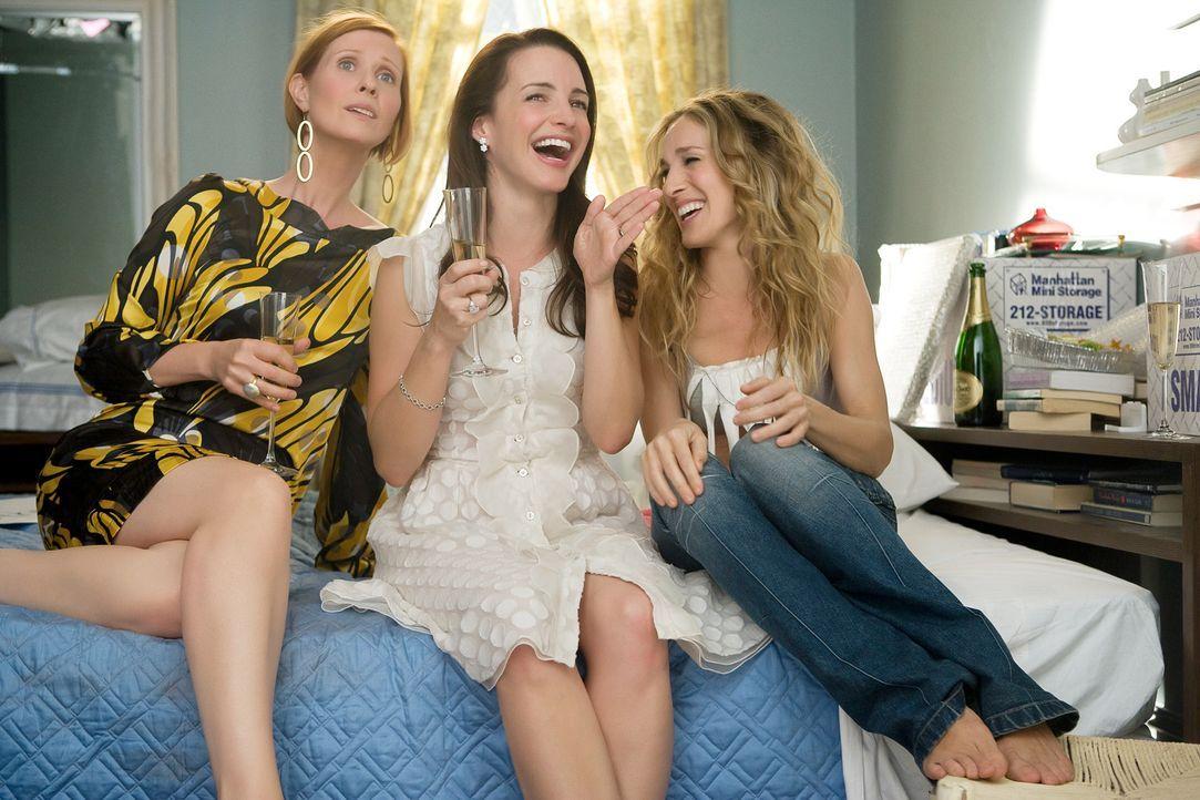 Auch wenn es Carrie (Sarah Jessica Parker, r.) schwer fällt, ihre Wohnung aufzugeben - mit ihren Freundinnen Miranda (Cynthia Nixon, l.), Charlotte... - Bildquelle: Warner Brothers